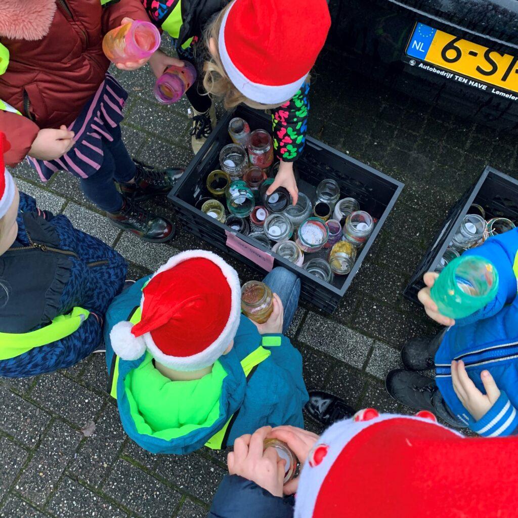 Kinderen zoeken een versierde pot uit