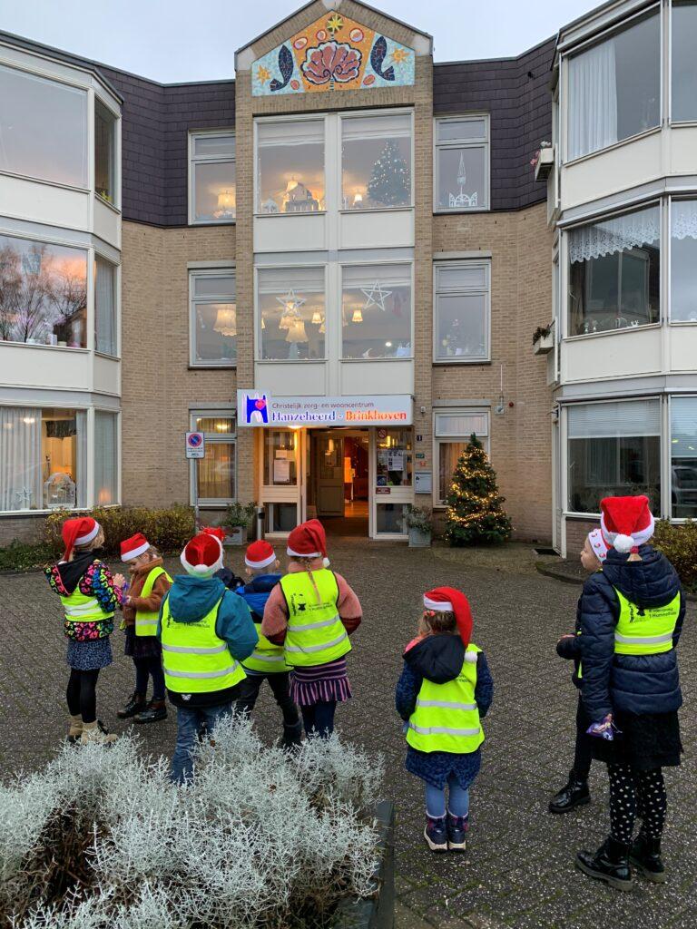 Kinderen voor het gebouw van Brinkhoven tijdens het bezoek